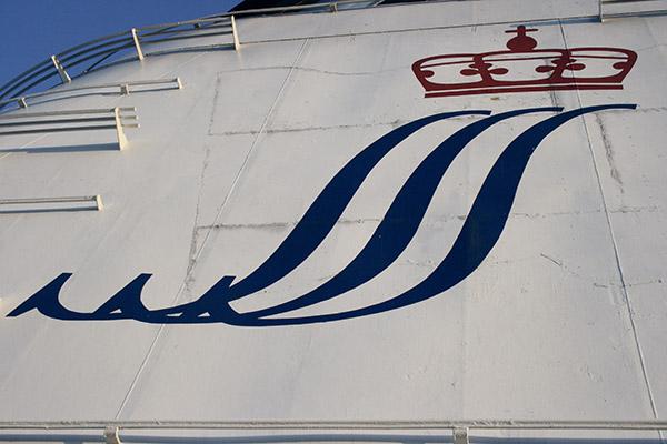 Die Haarsträhnen einer Prinzessin und die Zarenkrone bilden wie hier im Schornstein der PRINCESS ANASTASIA das Reederei-Logo der St. Peter Line.