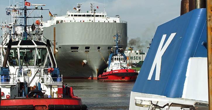 Kotug Schlepper bei der Hafenassistenz in Bremerhaven.