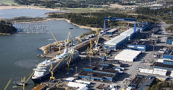 Luftbild der Meyer Turku-Werft, mit der MEIN SCHIFF 4 an der Ausrüstungspier.