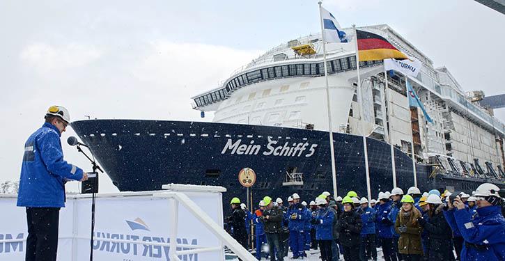 Dockflutung Mein Schiff 5 bei Schneefall.