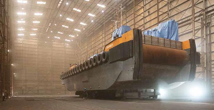 Schiff in Werfthalle.