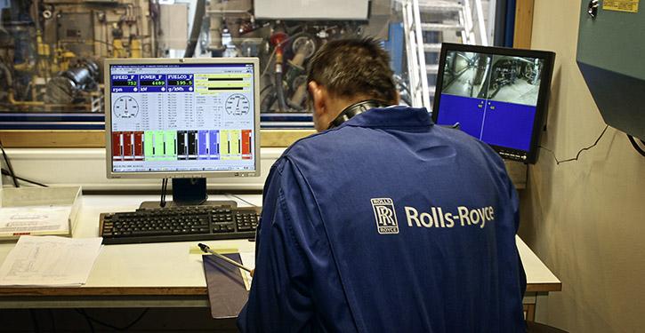 Maschienen-Besatzung kontrolliert einen Gasbetrieben-Antriebsmotor auf der weltweit ersten RoPax-Fähre MS Stavangerfjord
