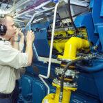 Maschienen-Besatzung kontrolliert einen Gasbetrieben-Antriebsmotor auf der weltweit ersten RoPax-Fähre MS Stavangerfjord.