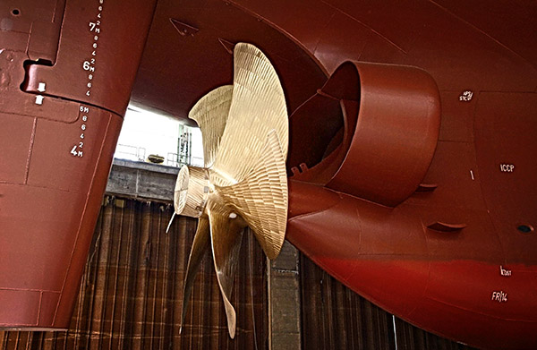 Schiff des Typs Rhein-M mit Schneekluth-Düsen (durch die Zustromausgleichdüse wird der Wasserzustrom zum Propeller stossfrei und geradlinig auf den Propeller gerichtet)