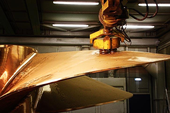 Die Flächenfräse bearbeitet die Schiffspropellerflächen entsprechend der vorgegebenen Kundenwünsche.