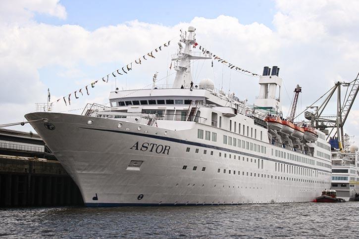 Die ASTOR unter Transocean-Flagge im Hamburger Hafen.