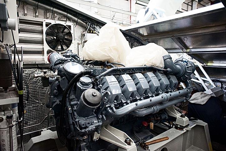 Blick auf einen der beiden eingebauten Motoren in den neuen Hovercraft 12000TD.