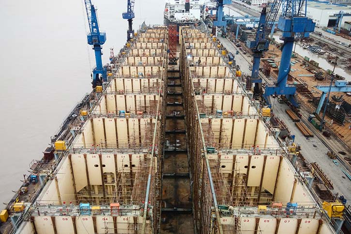 Beim WIDENING wird ein Containerschiff in vier große Teile zerlegt.