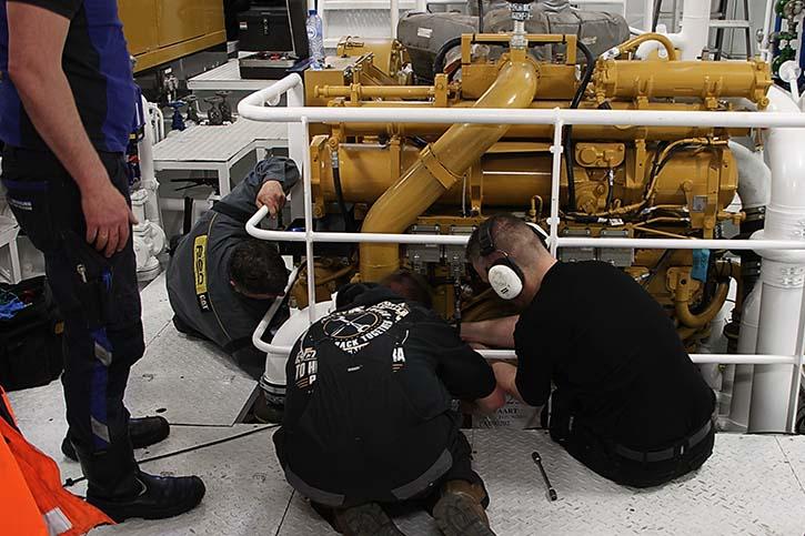 Nicht immer geht alles glatt: Eine kleine Reparatur an der Hauptmaschine muss durchgeführt werden.