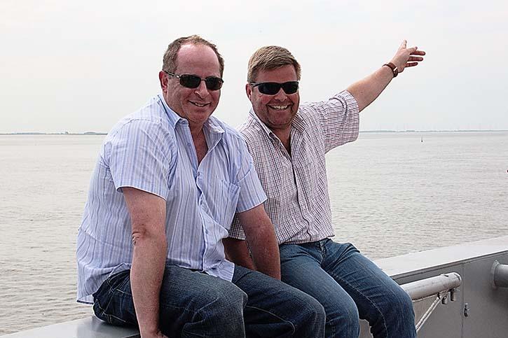 Die beiden GS Yard Besitzer Daniel Gausch (l) und Christian Hochbein (r) zeigen wo's lang geht: Immer geradeaus!