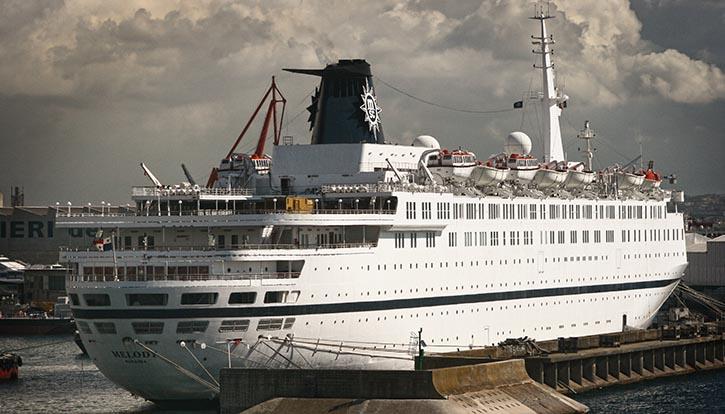 Beim Piratenangriff auf das MSC-Kreuzfahrtschiff MELODY haben Passagiere zunächst versucht, die Angreifer mit über die Reling geworfenen Deckstühlen vom Entern abzuhalten.