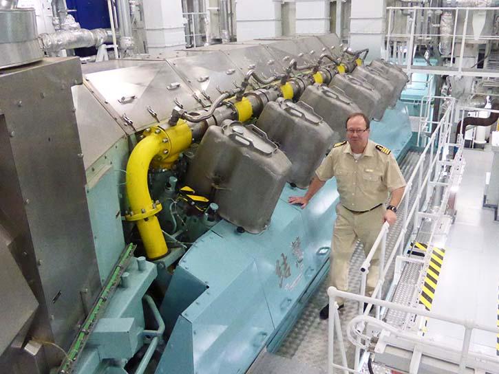 LNG-Hauptmotor mit Chief Eckbert Schuster