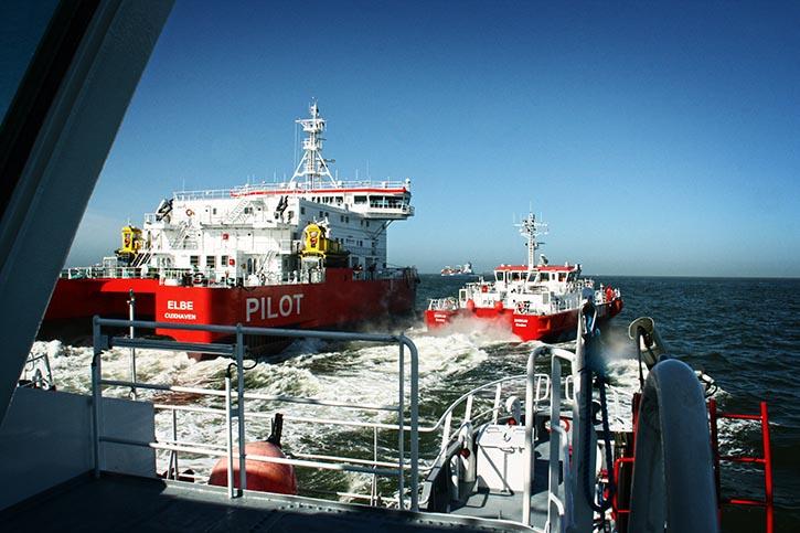 Es ist ein Kommen und Gehen: gleich zwei Versetztender bringen und holen Lotsen von dem Stationsschiff.