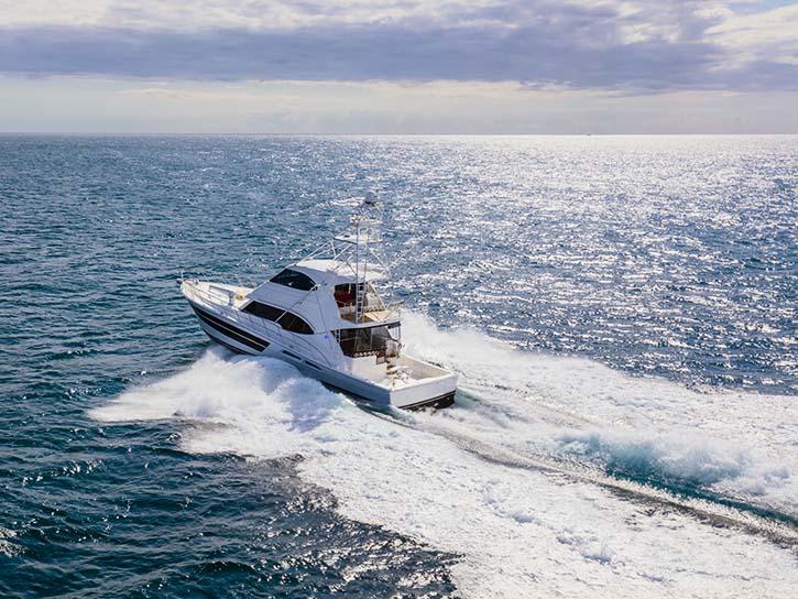 Die 25 mtr Luxusyacht Riviera 77 auf See.