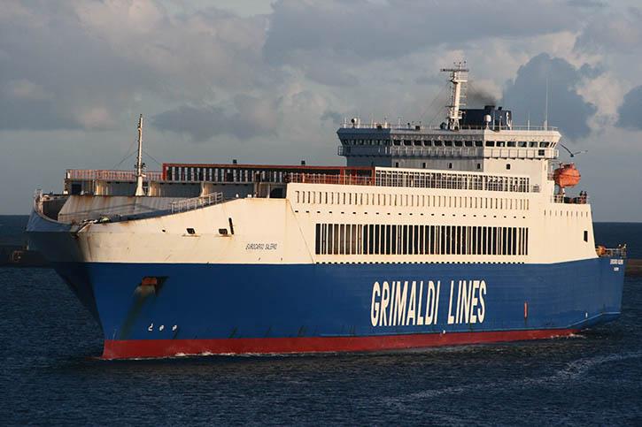 Die 1998 auf türkische Rechnung gebaute EUROCARGO SALERNO, hier im Hafen von Cagliari, gehört zur ständig wachsenden Flotte von Grimaldi-Frachtfähren.