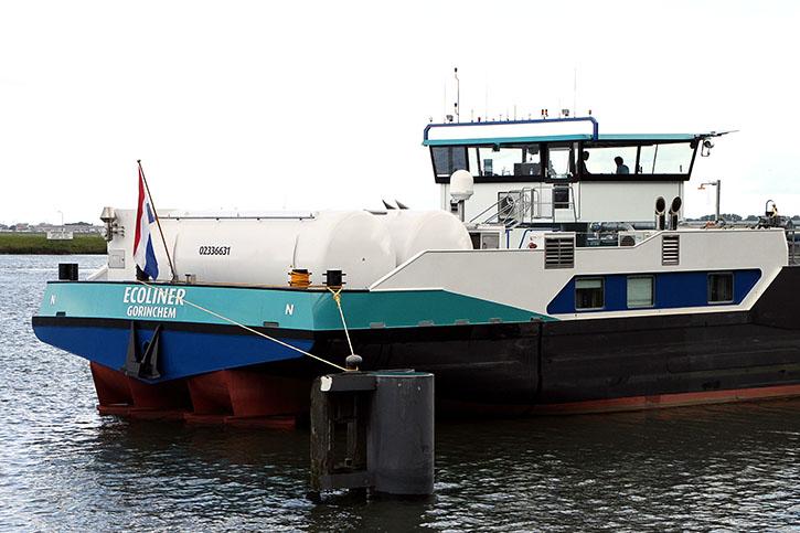 Zwei 26 m3 LNG-Tanks sind auf dem Achterschiff eingebaut worden.