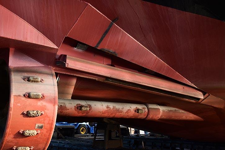 Vor den Propellern sitzen am Rumpf hydraulisch ausfahrbare Klappen, die bei niedrigem Wasserstand die Anströmung verbessern.