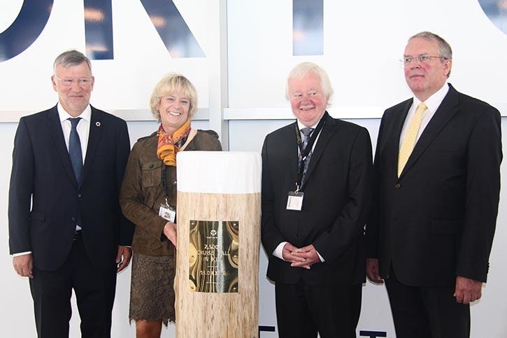 Von links Knud Sörensen (Prokurist Seehafen Kiel), Anja Tabarelli (Cunard Line), Hans-Werner Tovar (Stadtpräsident Kiel) und Helge Grammerstorf (CLIA Deutschland).