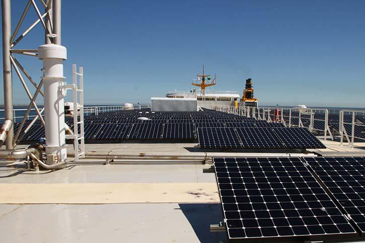 462 Solarmodule mit einer Fläche von mehr als 700 m2 wurden auf dem obersten Deck eingebaut. Die maximale Leistung der Solarzellen beträgt 150 kW.