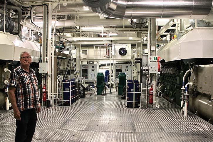Bert de Jonge, techn. Inspektor der Reederei, erklärt sichtlich stolz den zweiten Maschinenraum mit seinen mit Erdgas betriebenen ABC-Ottogasmotoren.