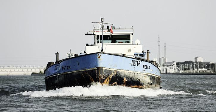 Motorgueterschiff PETAR in Fahrt auf der Donau.