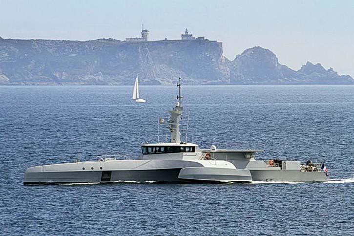 Der Trimaran in der Bucht von Cherbourg.