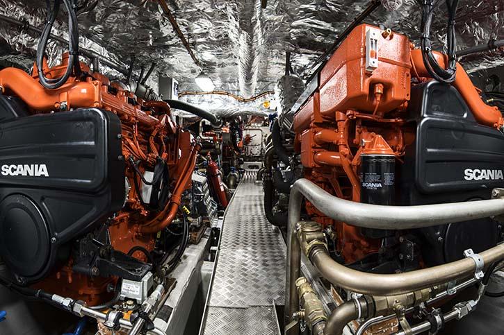 Je zwei Scania DI13 arbeiten auf eine Propellerwelle und beschleunigen das Schiff auf bis zu 30 kn.