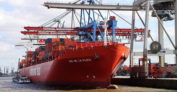 Containerschiff im Hafen.