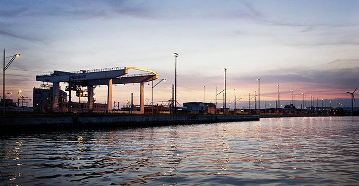 Brueckenkran mit Containern im Hafen Wien.