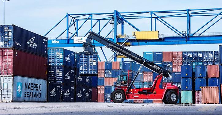 Containerumschlag in Hafen Duisburg.