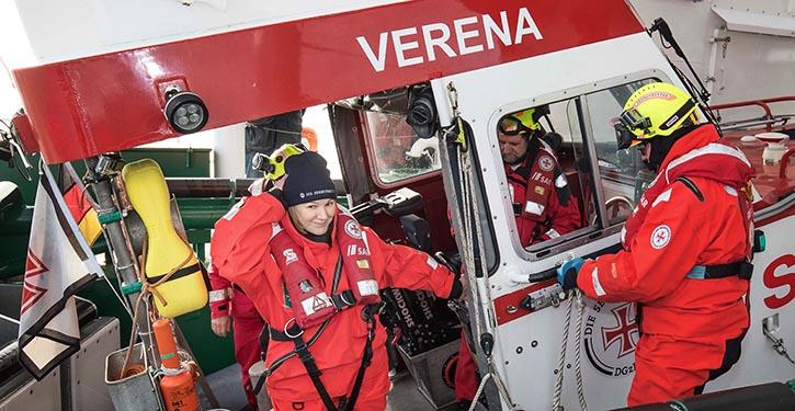 """Die neue """"Bootschafterin"""" Heike Götz unterstützte die Seenotretter bei einer Übung."""