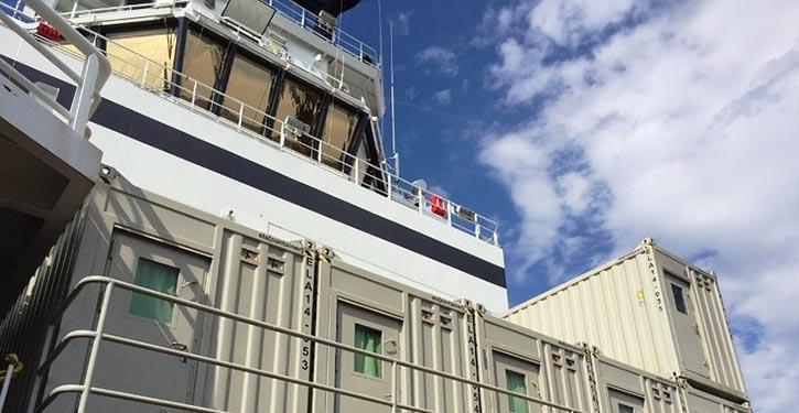 Wohncontainereinheiten auf einem Serviceschiff.