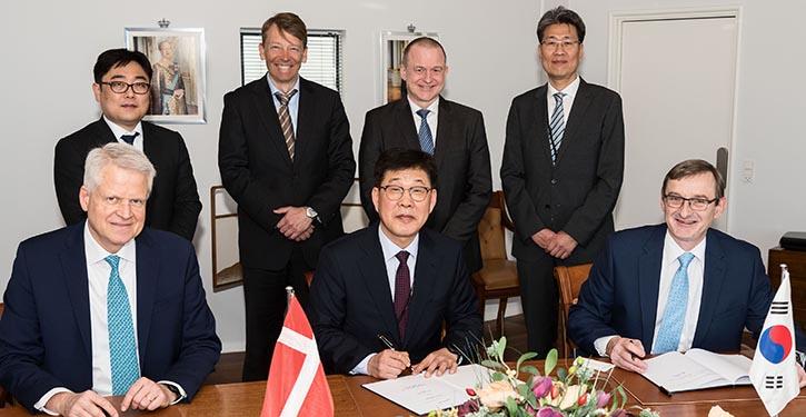 Vertragsunterzeichnung zwischen MAN und Hyundai Heavy Industries.