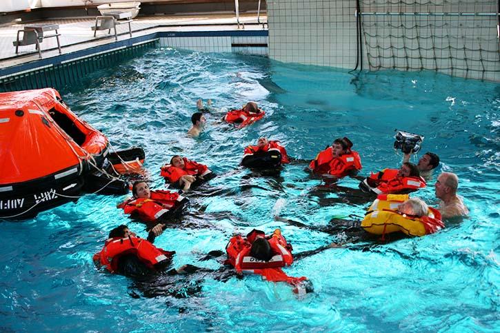 Mit einer halbautomatischen Schwimmweste springt man ins Wasser, Auf Zug bläst sich der flache Kragen auf.