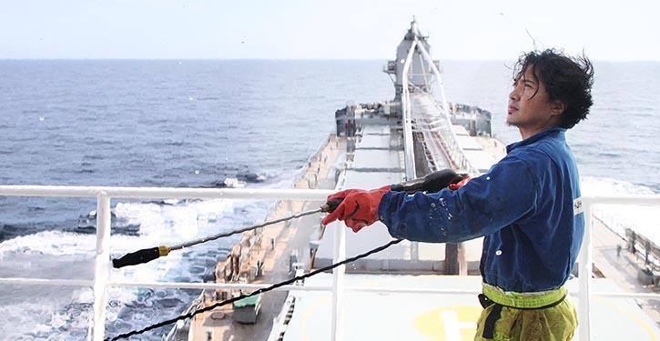Seemann bei der Arbeit an Deck. © P. Pospiech