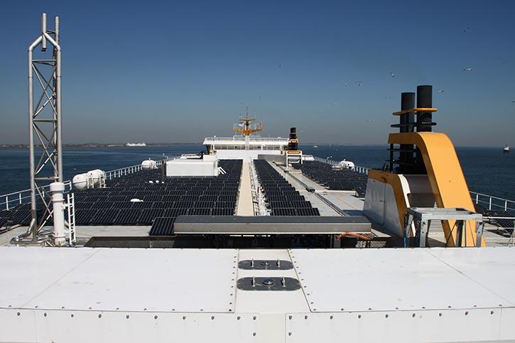 Blick auf das Solardeck – im Vordergrund, in einem weissen Container die CNG-Flaschen.