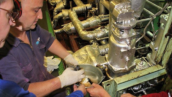 Probenentnahme aus Hpt.-Maschine Kraftstoffsystem. © Pospiech