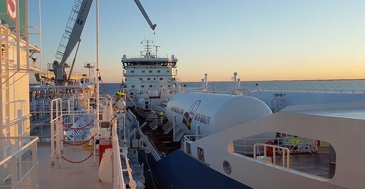 KAIROS (links) liefert LNG an die FURE VALÖ (rechts)