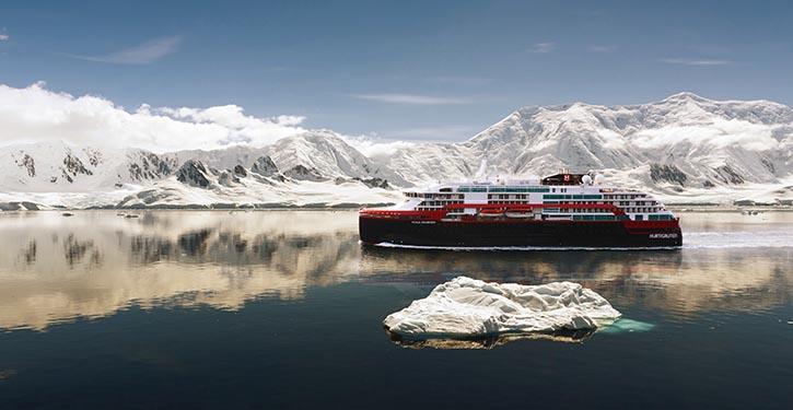 Expeditionsschiff ROALD AMUNDSEN während der Probefahrt an Norwegens Küste. © Hurtigruten