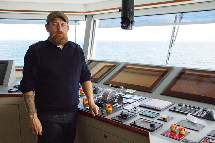 Der 39jährige Kapitäon SØREN SVENDSEN ist von der Wendigkeit des Schiffes begeistert.