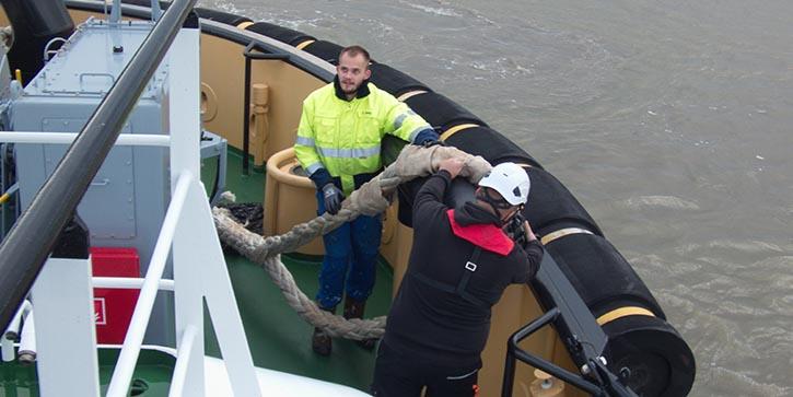 Schiffsmechaniker Lukas Nieberg (hinten) und Azubi Jakob Nowak bereiten die armdicke Schleppleine vor. © P.Pospiech