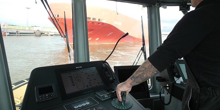 Kapitän Manfred Gabriel ist voll konzentriert bei der Arbeit. © P.Pospiech