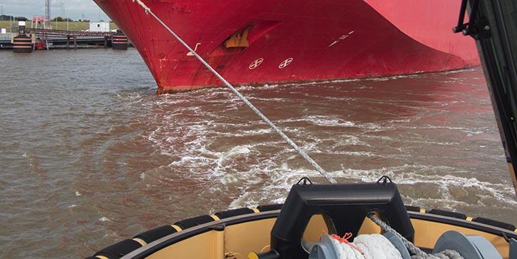 Die SIEM CICERO wird langsam in das Emsfahrwasser geschleppt. © P.Pospiech
