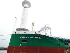 Aufbau des ECO FLETTNER auf dem Vorschiff der ANNIKA BRAREN