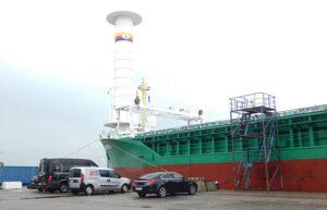 Die ANNIKA BRAREN während der Rotor-Nachrüstung im Leeraner Hafen