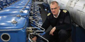 Chief Peter Holm erklärt den umgerüsteten Motor Typ Sulzer 8ZAL 40S, der nun ein 8ZAL 40S CR Motor ist. Pospiech